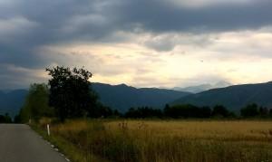 Retezatul apărând luminos dintre nori