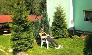 Relaxare în curtea pensiunii, după masaj